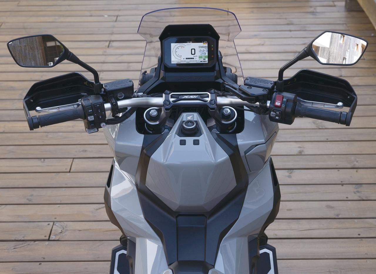 画像: フラットで幅広いハンドルバーを装着するなど、オフロード走行にも対応できるポジション設定にされている。
