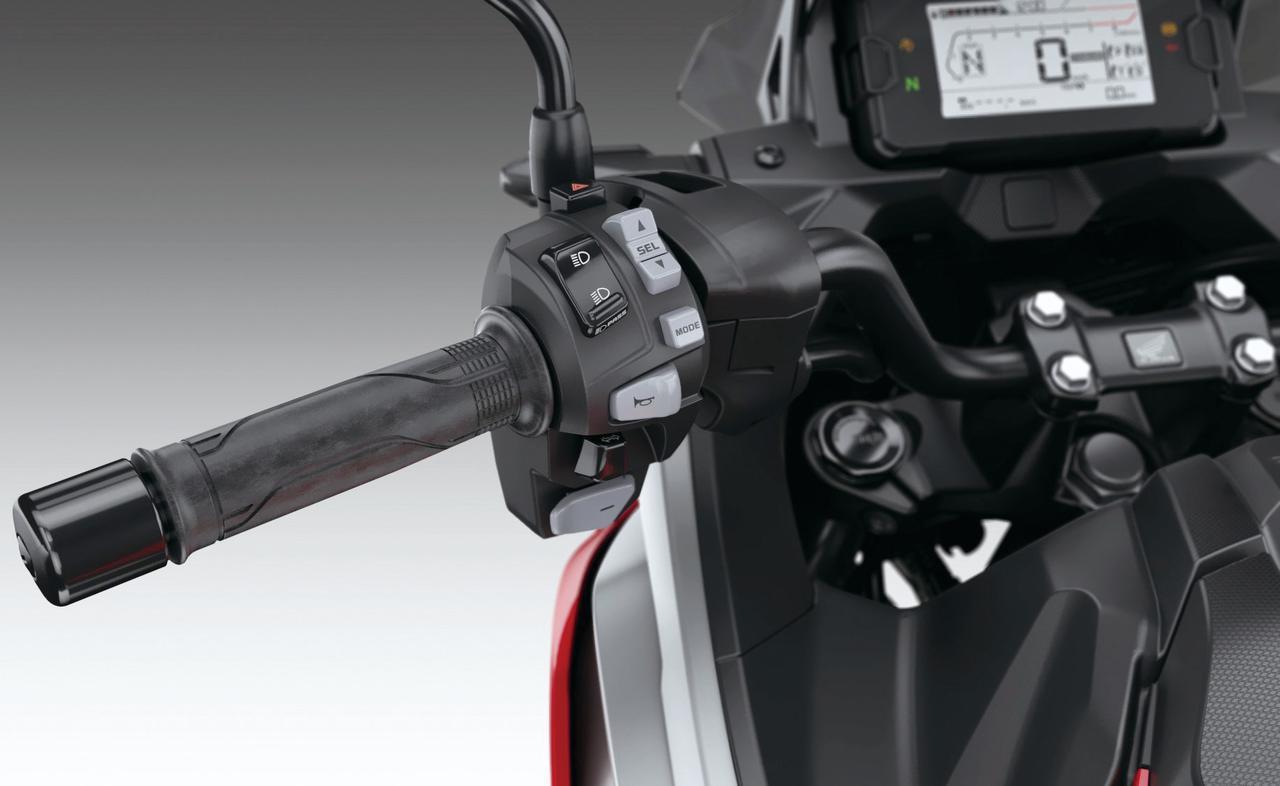 画像: ハンドルスイッチボックス左側はDCT変速スイッチやドライブモードの切り替えスイッチが備わる。