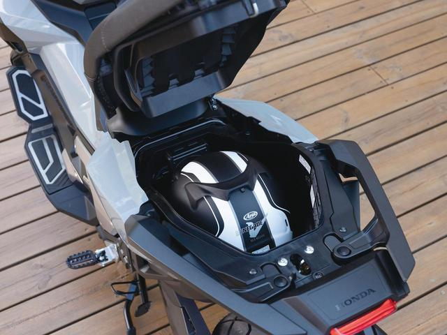 画像: 前側に開くシートの下には、フルフェイスヘルメットが収まる収納スペースが用意されているのはスクーターらしさを感じさせる部分。