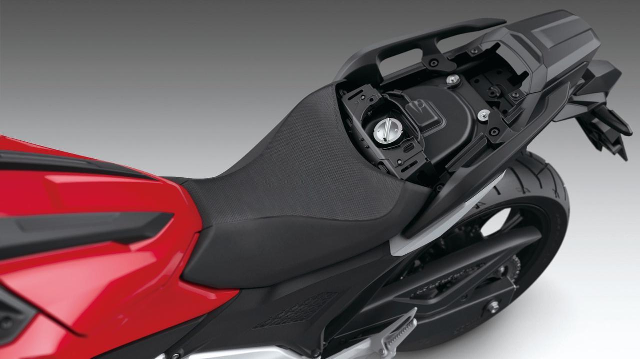 画像: 容量14.1Lの燃料タンク本体はシートの下に設けられて低重心化を追求。給油口はタンデムシートを外すと現れる。