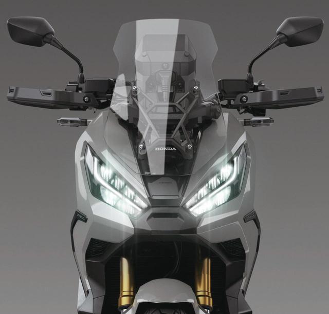 画像: 新デザインのLEDデュアルヘッドライトが目立つ未来的なフロントマスク。防風効果抜群の大きなウインドスクリーンも新しくなった。