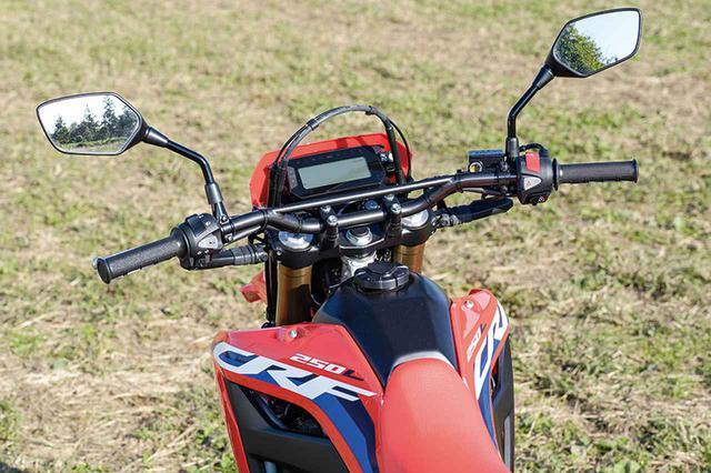 画像: ハンドルバーは絞り角を増やすことで乗車時に自然な肘の位置として、軽快で素直な操作を可能としている。
