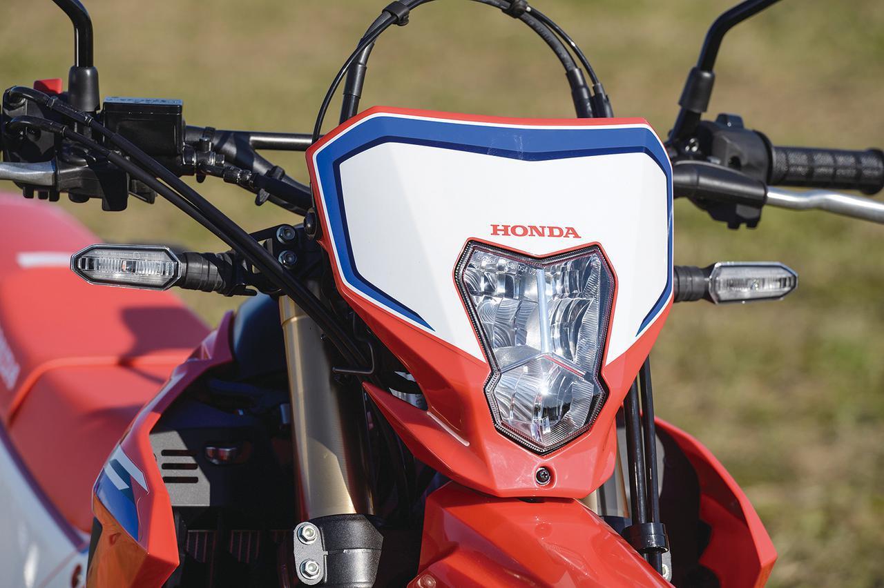 画像: 採用にこだわったアイテムのひとつがCRF250LのLEDヘッドライト。コンパクトで明るいライトは、オフロードバイクには欠かせないアイテムなのだ。