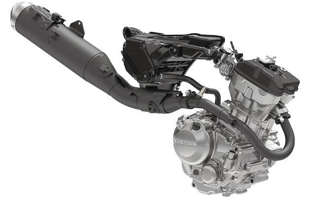 画像: 従来型エンジンは、アシストスリッパークラッチなど、機能拡張面でのメリットが大きかったため、開発陣は熟成を選択。