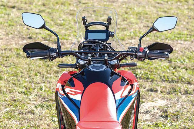 画像: ライダーに触れる部分での快適性の向上を重視。ハンドルバーエンドにはウェイトが装着され、ハンドルの振動を低減する。