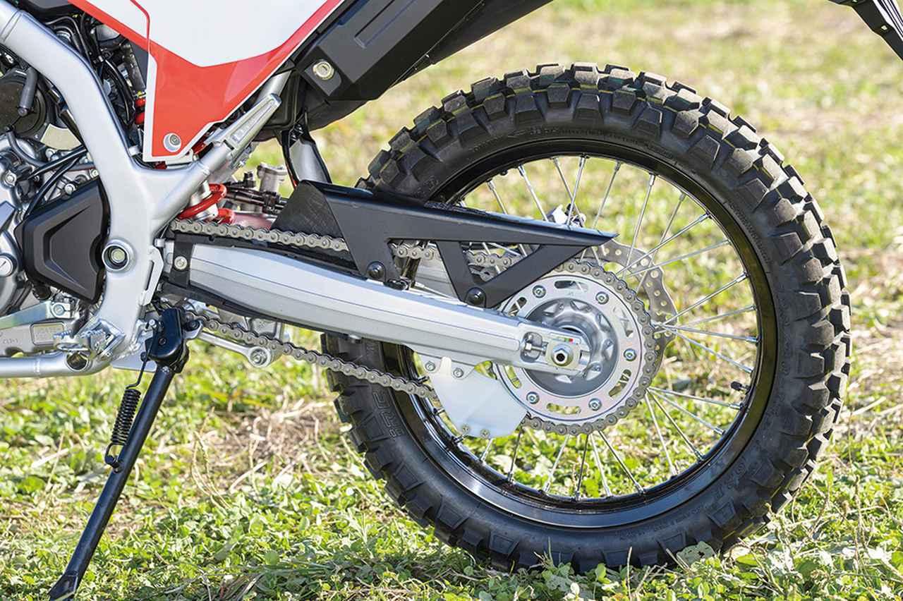 画像: スイングアームは軽量なアルミキャスト製、リアホイールのみアルミリムを採用。ABSは後輪のみキャンセル可能となっている。