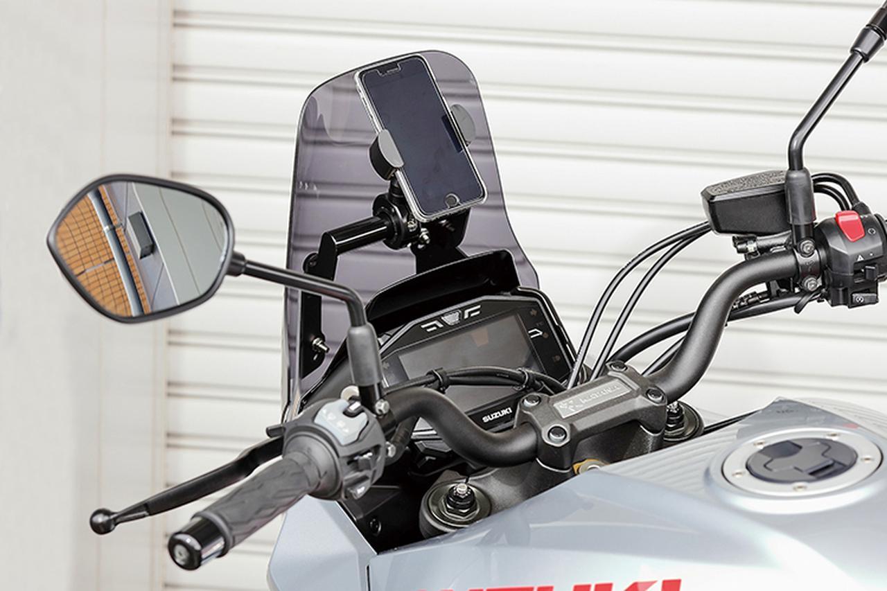 画像: マウントバーはφ22.2mm。有効取り付け長は130mm。1.5kgまでの積載が可能という。写真はスマホ装着例だが、ナビとして使用しても走行中の可視範囲に入れておけば、無駄な視線移動もなく、ライディング時の安全性も高まるはず。アクションカメラ装着など、オーナーのアイデア次第で、KATANAのある生活は飛躍的に楽しくなることは請け合いだ。
