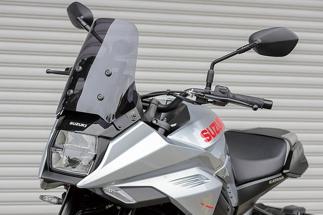画像: 元祖カタナ・GSX1100Sを彷彿させるスクリーン部は、ライダーをすっぽりと覆うデザイン。ロングツーリング時の走行風による疲労軽減効果も、十分に期待できる。