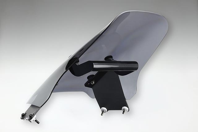 画像: 純正同等の厚手のスクリーン部をスチールステーでしっかりカウル&メーターステーにマウント。走行風でのブレを許さない頑強な作り込みも、こだわりポイントだ。