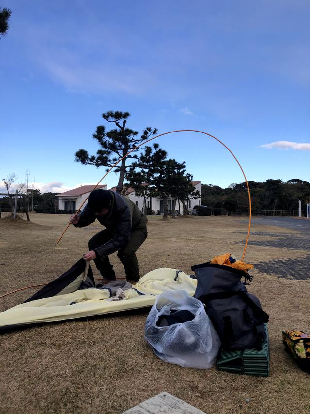 画像: 年季の入ったダンロップテントを張る西野編集長。テントって長持ちするものなのね。