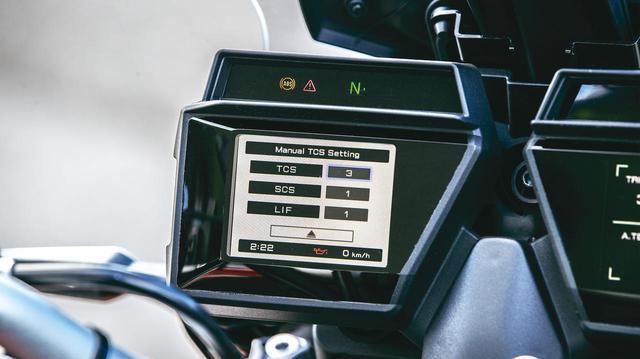画像: 後輪の空転はTCS、横滑りはSCS、ウイリーはLIFで制御する。新設計のIMUで車体姿勢を検知し、電子制御に反映する。