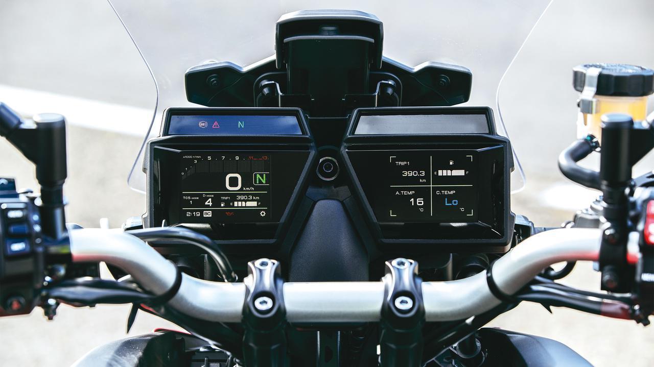 画像: 3.5インチのTFTメーターをダブルで装備。燃料計やシフトインジケーターなど表示する情報を選択可能となっている。