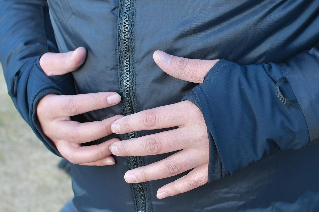 画像: 袖口が親指を通せて、手の甲までカバーできるのも気に入っている点。この状態でグローブを装着することで、袖口から入り込む冷気はほぼシャットアウトできます。