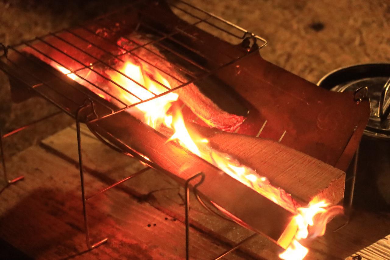 画像: 今回のキャンプで導入した新たな焚き火台、ベルモント「TABI」。軽量・コンパクト、調理にも使えて、史上最強と思えるほど優秀。