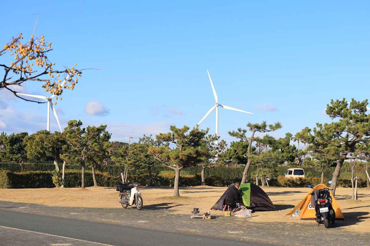 画像: 若林氏、起床。本日も風力発電は絶好調。それでも夜間に比べるとかなり暖かい。
