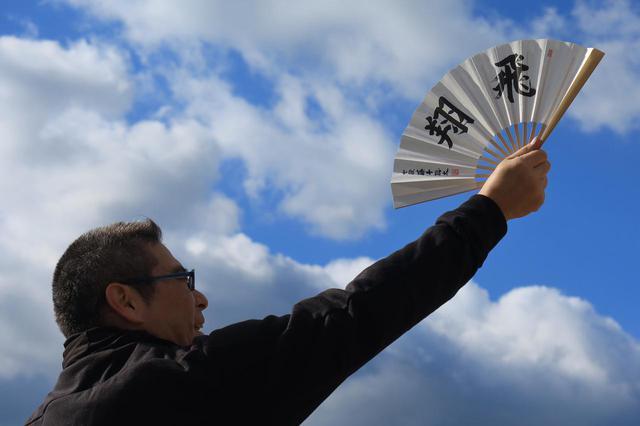 画像: 「神棚に飾ります!」と謎の喜び方をしてくれた若林氏。普通に使ってください。もし使い古したら、千駄ヶ谷の将棋会館で二冠仕様のものを買ってきますから。