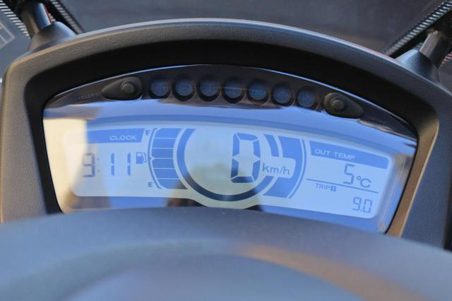画像: 異様に大きい時計と外気温計が備わるトリシティ155のデジタルメーター。