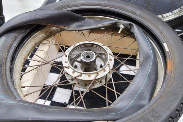 画像1: タイヤにチューブを入れて結束バンドをまくのだ