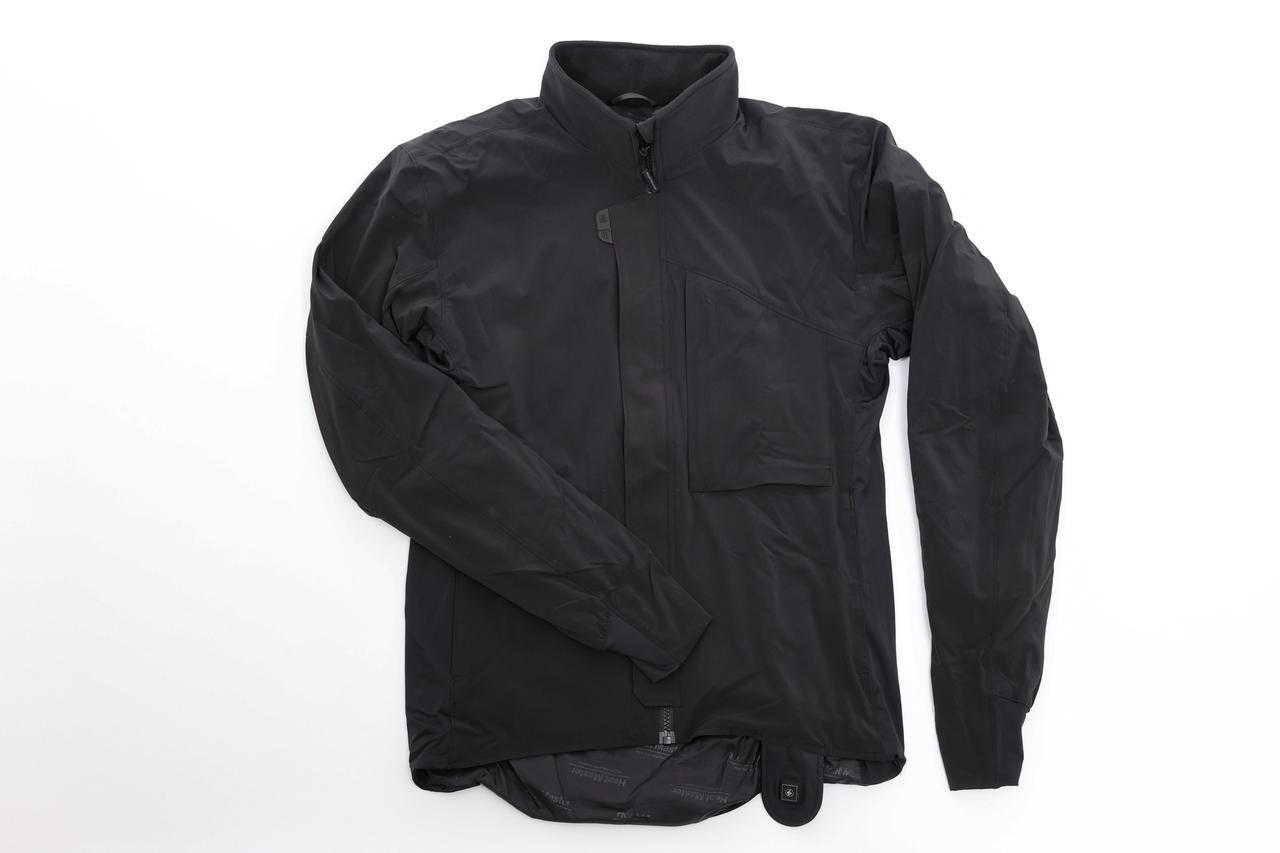 画像: 12Vヒートインナー ジャケット スポーツタイプ 税込3万5200円(7AMP) /3万3000円(3.5AMP) 首、両腕、両胸、背中の合計6カ所にヒーターを配置。3.5AMPタイプでも充分な能力だが、7AMPタイプは極寒環境にも対応できる。 amzn.to