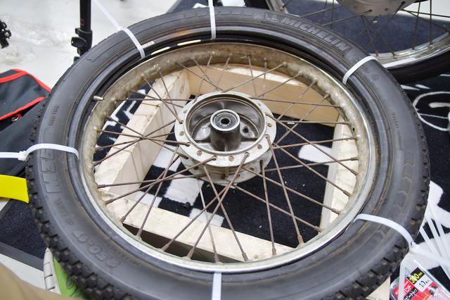 画像3: タイヤにチューブを入れて結束バンドをまくのだ