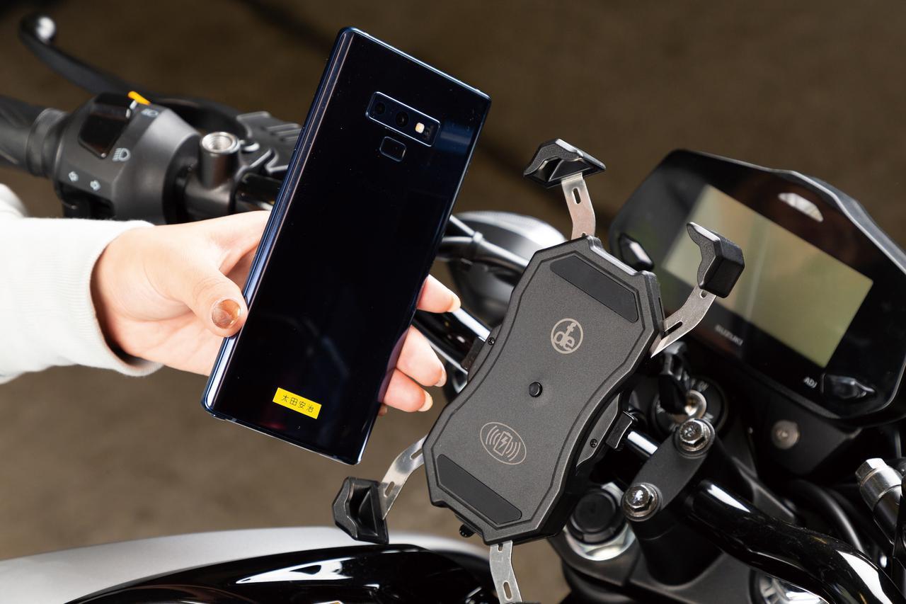 画像: DEF「ワイヤレスチャージ&ワンプッシュホルダー」 税込価格:4939円 対応ハンドルバー径: Φ22.2㎜、Φ25.4㎜、Φ33㎜ 約6.4インチ画面のギャラクシーノートも収まる。ホルダー中央のボタンが押されると四隅のアームが縮んでスマホをしっかりホールドする。外径22.2㎜、25.4㎜、33㎜のハンドルバーに設置できる。
