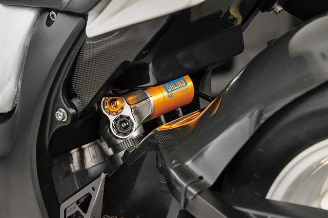 画像: リヤショックはオーリンズTTX。スイングアームにはカーボンのリヤインナーフェンダーも装着して泥跳ねや水跳ねも抑えている。
