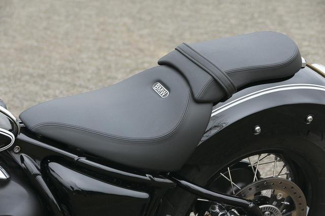 画像: ミニマムにまとめられたシートだが、肉厚でホールド性も十分。タンデム部は取り外し可能で、好みでソロ仕様にすることもできる。