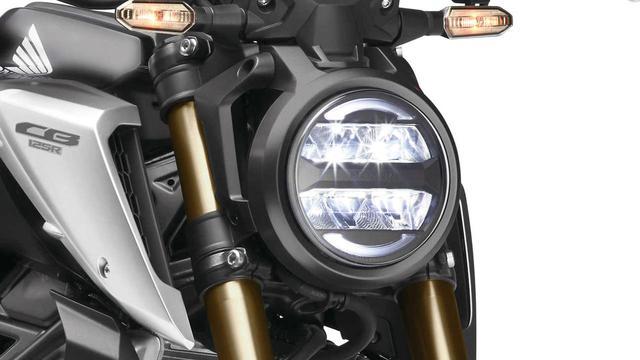 画像: ラウンドシェイプのライトガイドが印象的な薄型LEDヘッドライト。CB250Rなどとも共通のもので、従来モデルから引き続き採用。