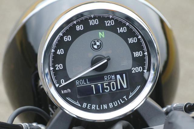 画像: 文字盤下部に備わる反転表示液晶モニターはギアポジションやライディングモード、エンジン回転数などを表示する多機能なもの。