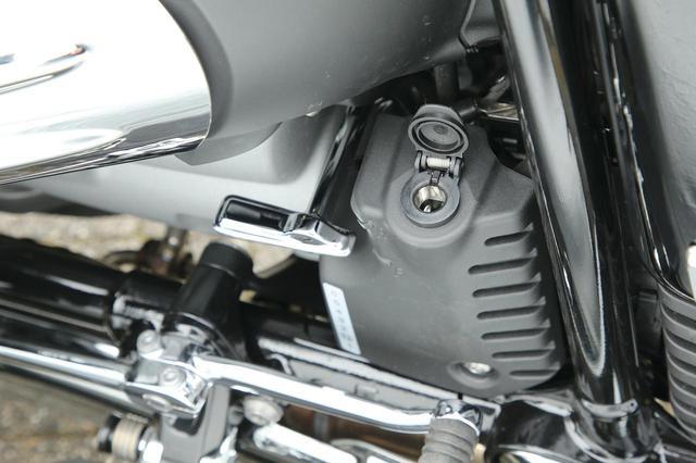 画像: 左インテークマニホールド脇にはアクセサリー用のヘラーソケットを装備。その隣はセルモーターを利用したリバースシステムの切り替えレバー。