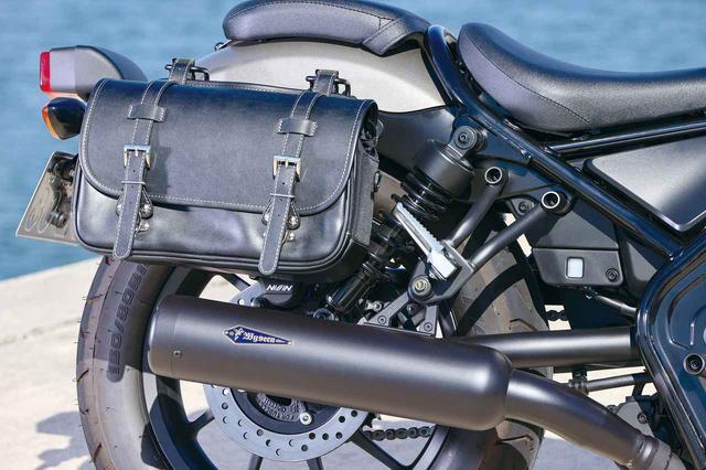 画像: サイドバッグ装着時も熱くなるサイレンサー部に干渉しない設計。タンデムライディングもまったく問題ない。