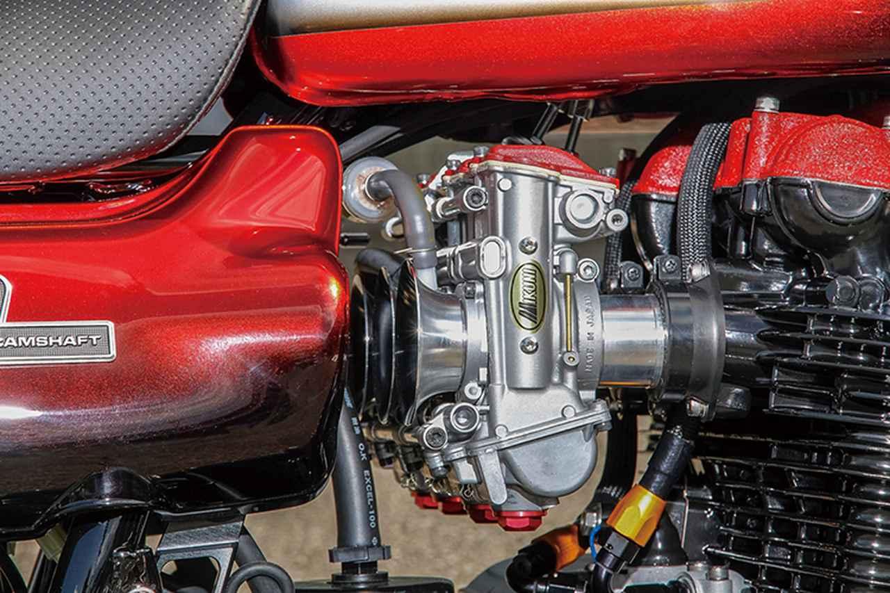 画像: キャブレターはTMRφ36mmを選択。その上でヘッドカバー/キャブトップとも赤のシュリンク塗装が施され、個性を演出。
