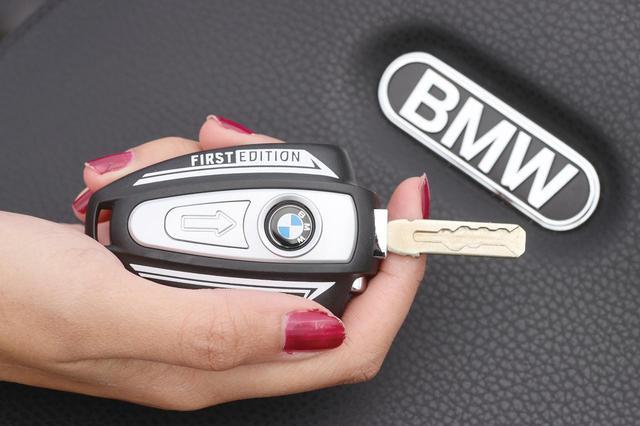 画像: 高級車らしくスマートキーを採用。ファーストエディションはストライプ入りだ。給油口の開閉やハンドルロックにはメカニカルキーを使用する。