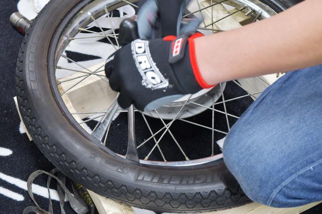 画像: あとはチューブを挟んだり傷つけないように丁寧にタイヤをはめていくだけ。
