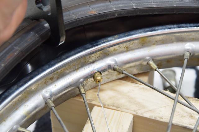 画像: で、チューブを入れてエアバルブプーラーを引っ張れば、バルブがこんにちは。簡単でしょ?