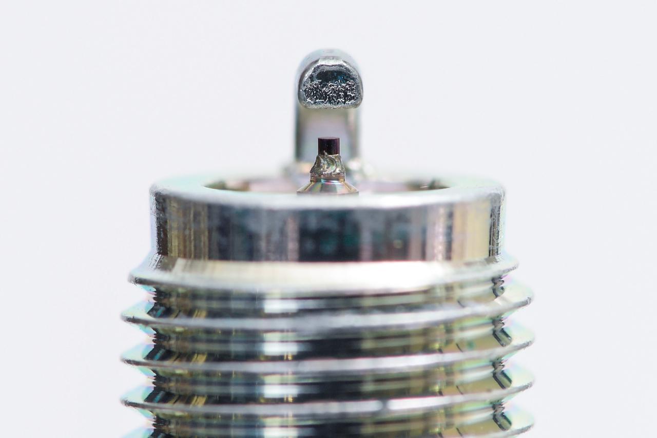 画像: 外側電極を「D」の形としたことで燃焼室内の混合気の流れを妨げず、着火後の火炎伝搬効率も高めて加速力や燃費が向上する。