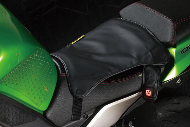 画像: ノーマルのシートに巻き付けて使用する後付けシートヒーター。着座部分は走行風を受けないので、お尻全体が想像以上に暖かくなる。着脱が簡単なので使いたいときにサッと装着でき、他車と使いまわせるのも便利だ。