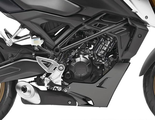 画像: 新しく開発されたDOHC4バルブ水冷単気筒エンジンは、ボア57.3×ストローク48.4㎜。ミッションは従来モデルと同じく6速。