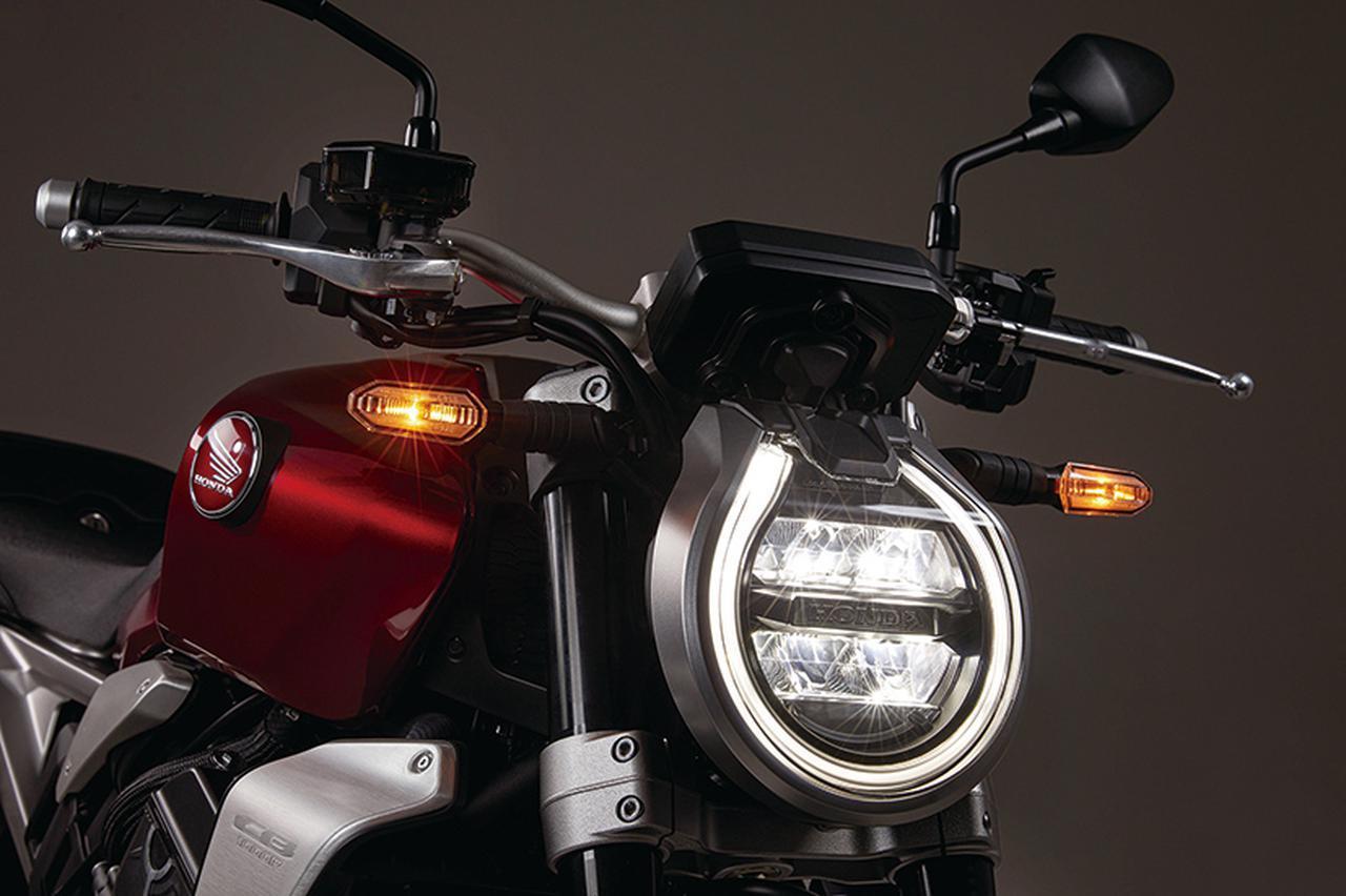 画像: LEDを使用する丸型ヘッドライトなのはこれまでと変わらない。しかし前面を後傾させるデザインに変更し、より流麗なフロントマスクとなった。