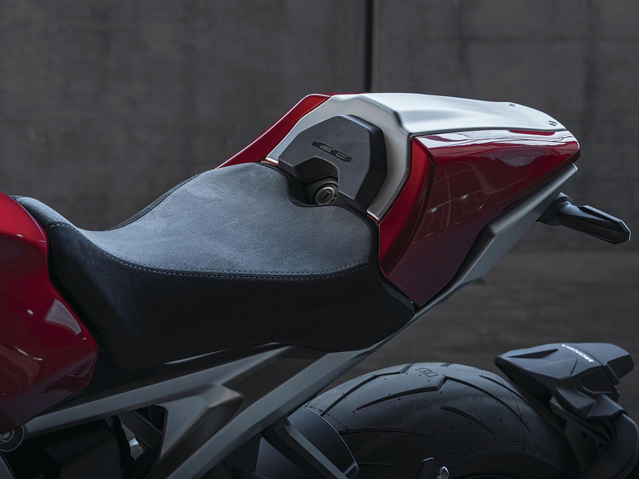 画像: 上級グレードとして設定されるCB1000Rプラスには、シングルシート風のシートカバーとメーターバイザーが装着されている。