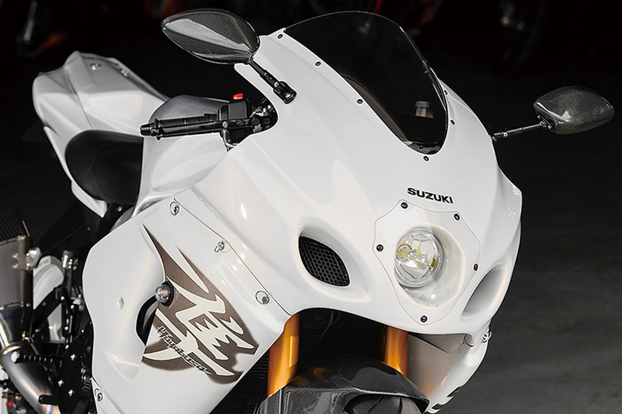 画像: フロント側カウルはクレバーウルフの'08~HAYABUSA1300ストリートフルカウルASSY。アッパー(1灯。2灯タイプもあり)/左右サイド/アンダーカウルとインナーパネル/スクリーンが含まれる。これにホワイトのペイントを施して、小型ウインカーを装着。ミラーはマジカルレーシングのカーボンモノコックボディ。