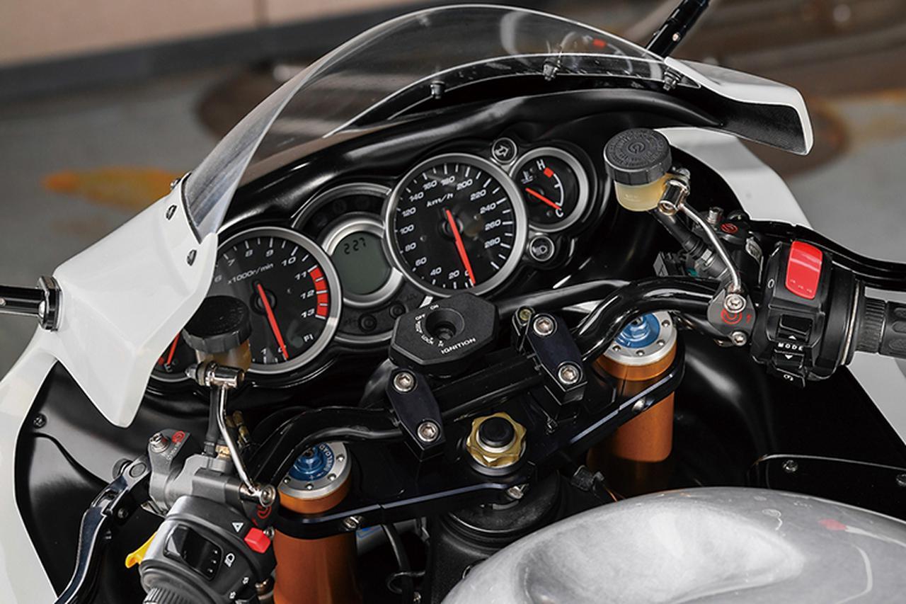 画像: フロントブレーキマスターおよびクラッチマスターシリンダーはともにブレンボ・ラジアルポンプ。ハンドルはセパレートから高さを抑えたバータイプに変更され、ここでも使い勝手を良くしている。