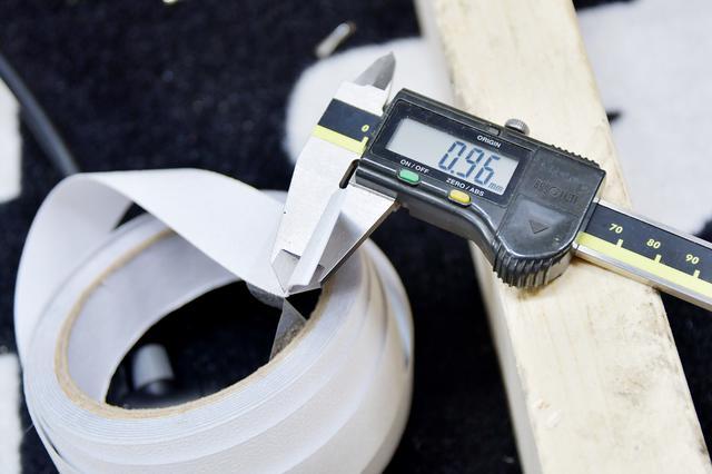 画像: で、こちら新品リムテープ。0.96mm。ただ、剥離シートがついてるのでそっちも計測。