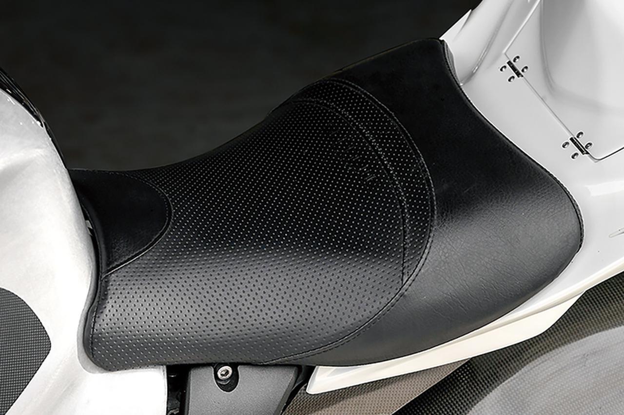 画像: シートはスプリームで、変更されたテールカウルに合わせた形状としている。薄いのに腰があり、乗り心地も足着きも良くなるものだ。