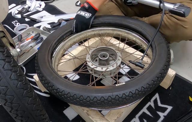 画像2: タイヤにチューブを入れて結束バンドをまくのだ