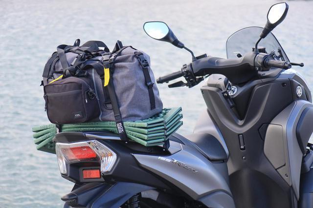画像: ロックストラップを使って、バッグとマットをまとめて固定。