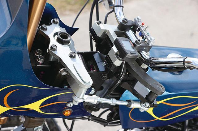 画像: 前2輪のステアリングシステムは本来のステムより前側にオフセットされていて、ハンドルバーへの入力はプロボールマウントのロッドを介して伝わる。