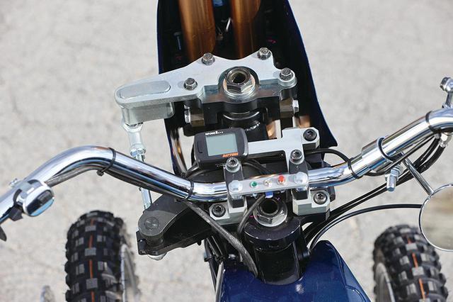 画像: ハンドルはアメリカンテイストの幅広タイプ。入力しやすいので前2輪システムの重さを感じさせない。