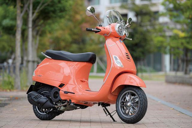 画像: Vespa LX 125 i-GET 総排気量:124cc エンジン形式:空冷4ストSOHC3バルブ単気筒 シート高:785mm 車両重量:114kg メーカー希望小売価格:税込39万6000円 ※写真のカラーは「コーラル」。一部純正アクセサリーパーツが備わっています。