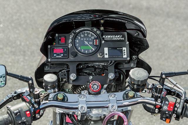 画像: メーターパネルはワンオフ(しゃぼん玉で製作オーダー対応)で、ここではスタックメーター(エンジン回転をアナログで、他情報をデジタルで表示)を中央においてインジケーターをその周部に配する。ほかにアクティブデジタルモニター/プロテック・ギヤインジケーター/トップギヤ・フューエルマルチメーターを配置。左右マスターはゲイルスピード・エラボレートで、ミラーはマジカルレーシングだ。